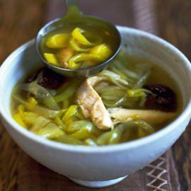 Cock a leekie is een traditioneel gerecht uit de Schotse keuken. Kip en prei zijn de belangrijkste ingrediënten van deze soep. In de soep zitten ook gedroogde pruimen. Lust je
