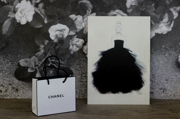 Underbara litografiprints av göteborgskonstnären Lisa W Breitholtz. Hon har här tagit fram tryck av tre oljemålningar. Hennes motiv föreställer ofta kvinnor i svarta klänningar. Och på originalmålningarna i olja och akryl syr hon ofta på detaljer av tyll och svandun på klänningarna. En stor inspirationskälla för Lisa är modehuset Chanel. Favoritfärgerna, som hon jobbar mest med är svart, vitt och rosa. En perfekt present, inte minst till någon modeintresserad! • A4-print från original i…