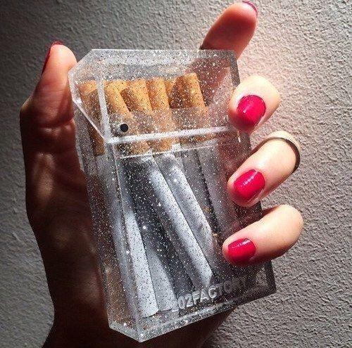 Сигареты, красивая пачка, необычная упаковка, рука, красный лак