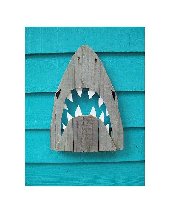 Le cadeau parfait pour les amoureux de requin dans votre vie. Les fans de mâchoires, écrous semaine requin, chasseurs de dent de requin, les amateurs de plage, etc.. Ce requin récupéré sera le votre nouveauté préférée. Ça va être le point focal de cette pièce sur le thème côtier que vous travaillez sur. Ce requin est d'environ 16,5 pouces long par 12 pouces de large. Il est fait de bois recyclé clôture et mis au rebut en plastique. Passez au vert avec votre art de requin. Chaque pièce sera…