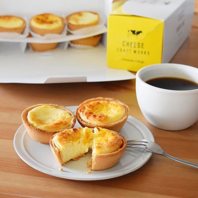 keiyamazaki on Instagram pinned by myThings お仕事でご一緒させていただいているCHEESE CRAFT WORKSさんから、今回はチーズタルトをご紹介いただきました。3種のチーズ、3種のブリュレチーズ、ゴルゴンゾーラ、ブリードモーの4種類。トースターで少し温めると、まわりはサクッと、中はふわっとなっておいしい!チーズケーキ大好きな主人にも好評。個人的には、ゴルゴンゾーラの独特な塩気?がクセになりそうな感じで好きでした。 CHEESE CRAFT WORKSの各店舗でテイクアウトできるそうです。詳しくはこちら http://www.cheese-cw.jp/ #LIFESTYLE_PR @cheesecraftworks