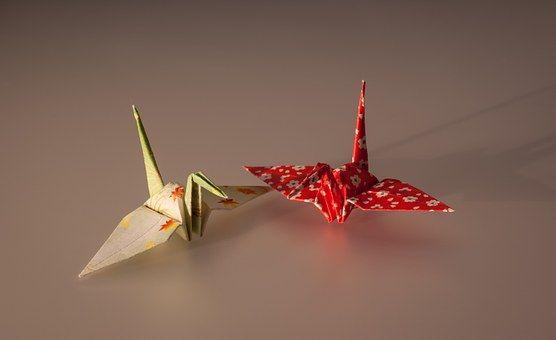 Origami: dove nasce, come si fa ? Perchè la gru origami è considerata un simbolo di pace? L'origami è l'arte di piegare la carta ed è una tecnica molto antica, che spesso viene associata al Giappone. Questa tecnica è molto affascinante e ci sono vari libri e tecniche a proposito. Ci sono  #origami #creatività #piegarelacarta