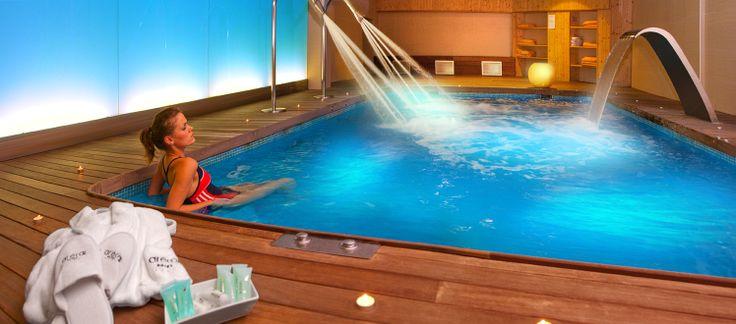SPA_ establecimiento de baños o balneario, y circula el bulo de que este término es supuestamente un acrónimo de la expresión latina SALVS PER AQVAM (salud obtenida a través del agua).