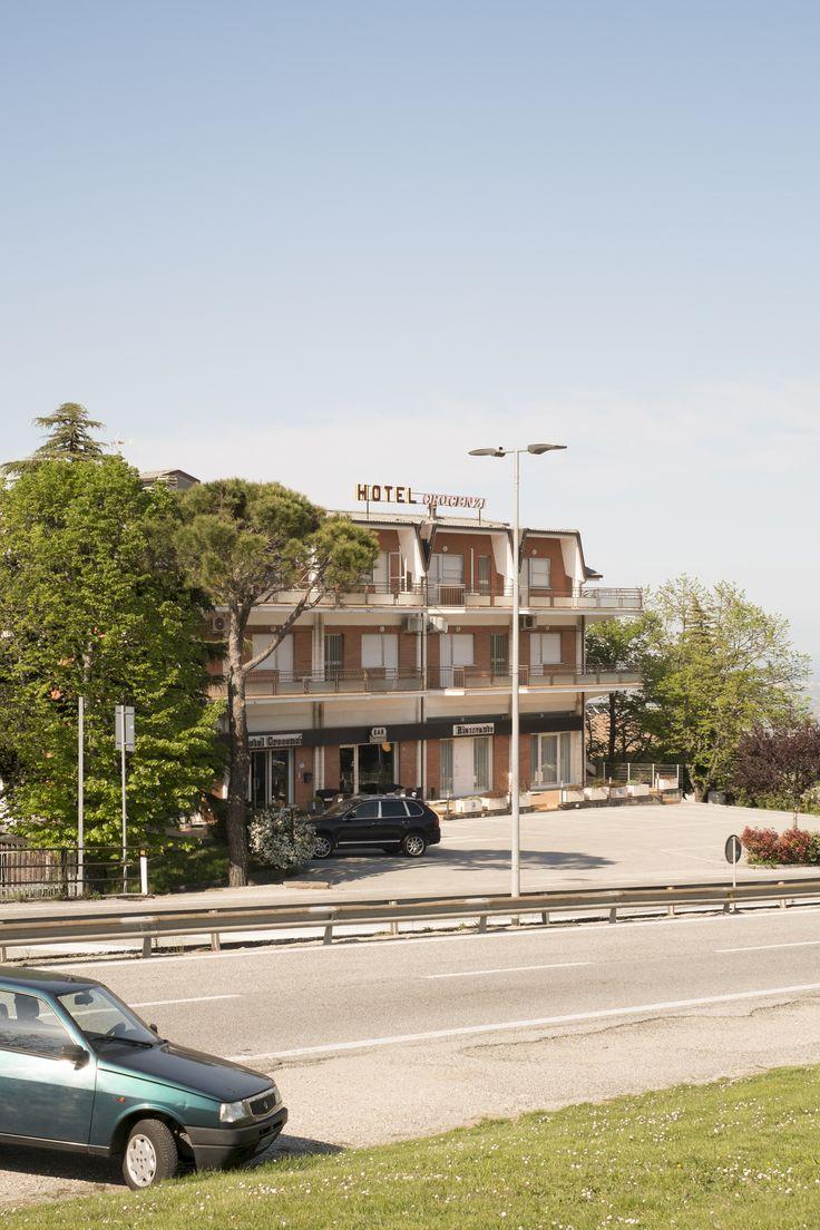 Hotel Crocenzi, posizionato sul lato della superstrada che porta a San Marino Città, all'altezza del Castello di Borgo Maggiore.