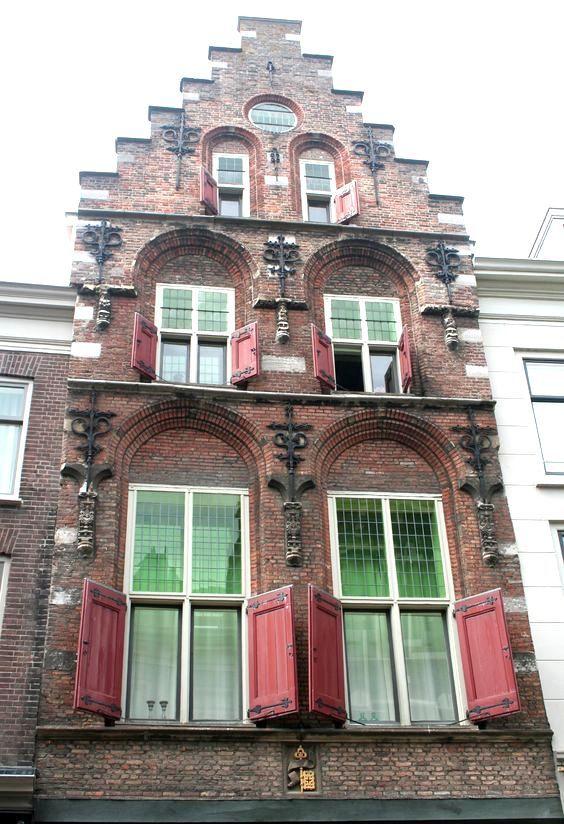 Dordrecht - De mooie gevel van de Crimpert Salm
