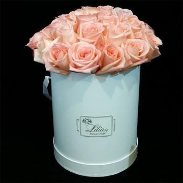 Луксозен цилиндър с 33 бели рози