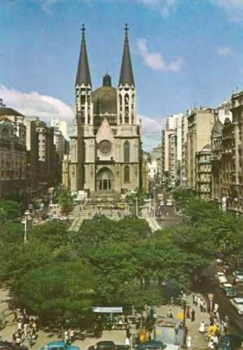 Praça da Sé nos anos 60, ainda com o Palacete Santa Helena à esquerda.