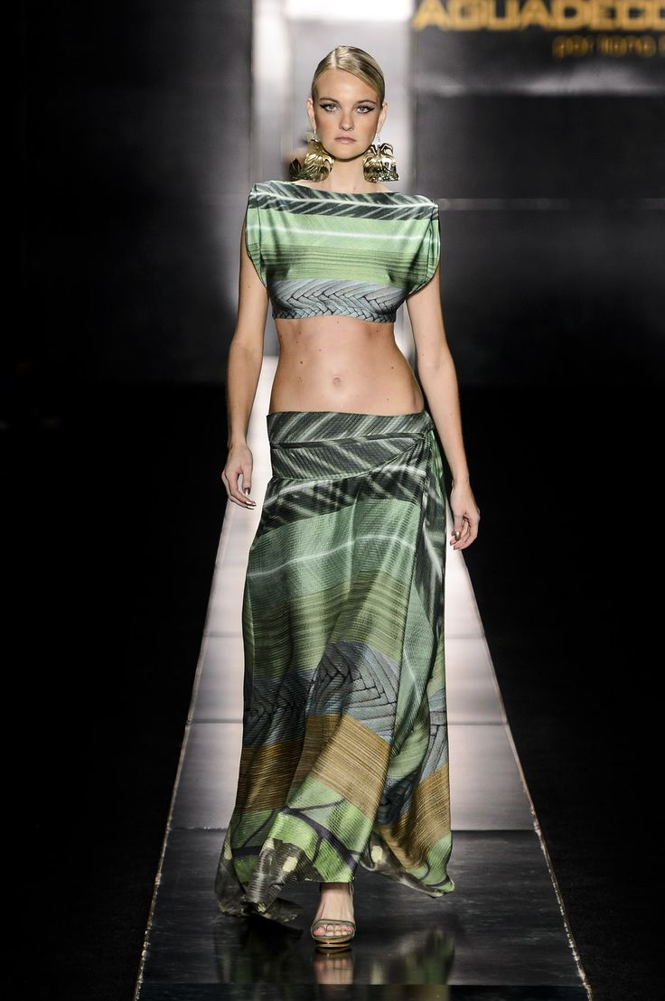 Agua de Coco by Liana Thomaz 2014 Collection featuring supermodels : Caroline Trentini pregnant and stunning on the runway