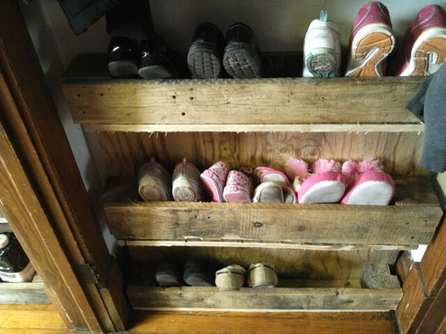 17 best images about pallets on pinterest pallet wood for Shoe rack made from pallets