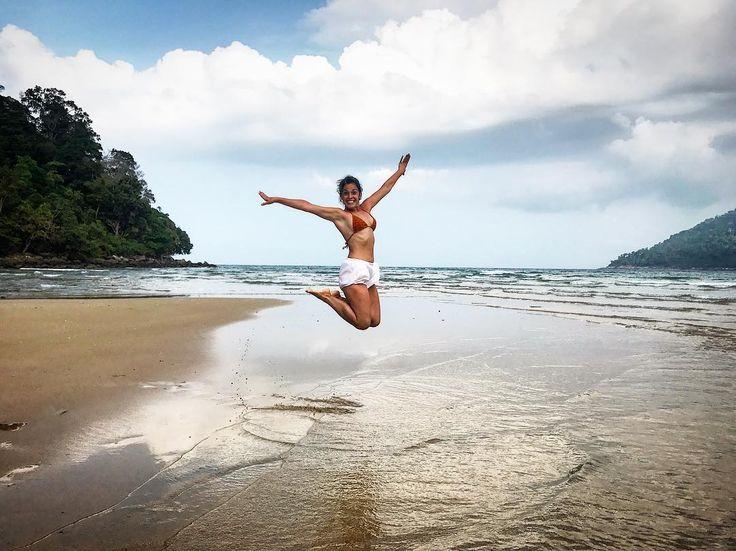 Pa-ra-i-so Y poco más que añadir! Donde esté una playa tranquila sin gente con arena fina palmeras hamacas aguas transparentes donde bucear y buena comida local... que se quiten los resorts de 100 camareros y 300 sombrillas con pulserita - #mochileros #blogger #viaje #viajar #travelblogger #travel #traveling #isla #island #tioman #paraiso #paradise #sand #beach #arena #playa #color #colour #landscape #wanderlust #backpacking #malasia #malaysia #amazing #love #amor #adventure #holidays…