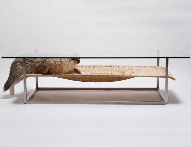 Estruturada em aço inox, a mesa de centro Hammock incorpora, logo abaixo do tampo de vidro, uma rede para gatos, feita de rattan. Com design de Koichi Futatsumata (www.futatsumata.com), o móvel tem linhas contemporâneas e formas leves