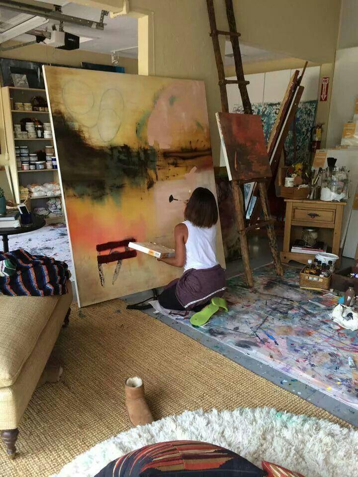 Jada Pinkett Smith (actriz y esposa de Will Smith) pintando en su estudio de…