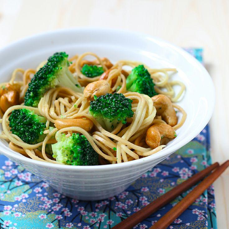 Envie d'un plat complet et prêt en quelques minutes ? Nous vous proposons cette #recette de #nouilles sautées aux  #brocolis et noix de cajou. Ce plat asiatique est composé de nouilles chinoises et de brocolis vapeur #Bonduelle. Oubliez la sauce bolognaise, et régalez-vous avec ces nouilles sautées aux brocolis et noix de cajou... #SurprenezVous Retrouvez la recette complète ici >>> http://www.bonduelle.fr/recettes/nouilles-sautees-aux-brocolis-et-noix-de-cajou