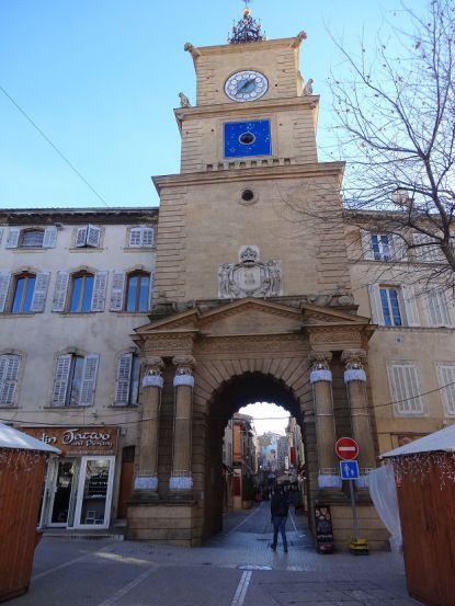 Les 25 meilleures id es concernant horloge digitale sur for Porte de l horloge salon de provence