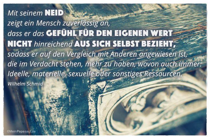 Holz Ablage mit dem Wilhelm Schmid Zitat: Mit seinem Neid zeigt ein Mensch zuverlässig an, dass er das Gefühl für den eigenen Wert nicht hinreichend aus sich selbst bezieht, sodass er auf den Vergleich mit Anderen angewiesen ist, die im Verdacht stehen, mehr zu haben, wovon auch immer: Ideelle, materielle, sexuelle oder sonstiges Ressourcen. Wilhelm Schmid