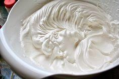 Como deixar o chantilly mais firme pra ele durar mais | Ingredientes 500ml de creme de leite fresco bem gelado 4 colheres de sopa de açúcar refinado (glaçúcar) 1 colher de chá de gelatina em pó sem sabor 4 colheres de sopa de água fria 1 colher de chá de extrato de baunilha