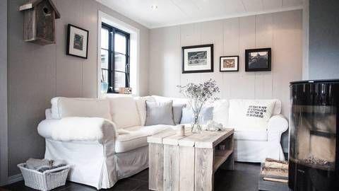 Karianne Hovet og Trond Rune Nilsen har funnet sin friplass på Brokke. Fullpakket av hjemmelagde møbler og pynteting er det få steder de føler seg mer hjemme.