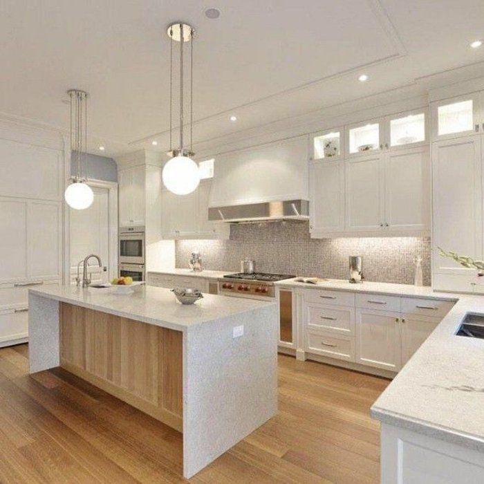 une grande cuisine de couleur blanche avec sol en parquet