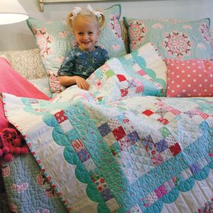 SUMMER DAYS Super-fast baby or toddler quilt Designed by HOLLY HOLDERMAN Made by KIMBERLY JOLLY Machine Quilted by KAROLYN NUBIN JENSEN Pattern in the June/July 2015 issue of McCall's Quick Quilts