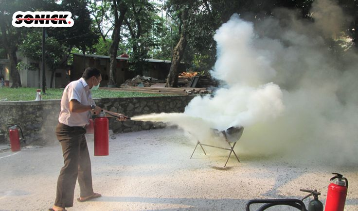 ara Menggunakan Alat Pemadam Api  Lakukan test fungsi. Jika APAR tidak berfungsi baik maka ganti yang lain. Dekati api searah dengan angin, dan berhentilah pada posisi kira-kira 3 meter dari api. (harus mengikuti arah angin supaya tidak terjadi pembalikan arah panas maupun semburan dari sumber api (Sumber kebakaran)).  081-2222 91986,pujianto@tabungpemadamapi.com #alatpemadamapi #alatpemadamkebkaran #tabungpemadamapi #tabungpemadamkebakaran