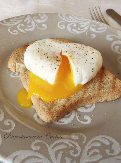 L'uovo in camicia è una di quelle cose che ho sempre trovato   affascinanti nella loro semplicità estetica, peccato che prepararlo nel mod...