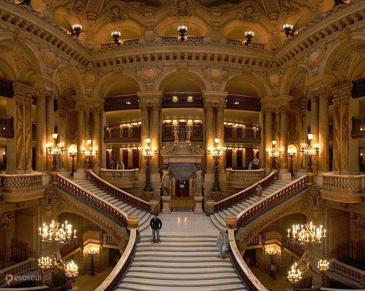 Опера Гарнье – #Франция #Иль_де_Франс #Париж (#FR_J) Прекрасное здание Гранд Опера столичные жители обычно называют парижская Опера Гарнье (Palais Garnier), чтобы не путать его с новым оперным театром Опера-Бастилия.Рисуя на эскизах проект здания Оперы, Гарнье использовал элементы различных стилей и в результате создал великолепное, богато украшенное строение, подобного которому Париж еще не видел.Когда императрица Франции Эжени в замешательстве спросила, что это за стиль, Гарнье не…