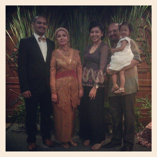 "@ugambreng's photo: ""@renggogram @mien_djoefri @reniyrens me n #Najma at @dindakamil's wedding foto by @moodspiral"""