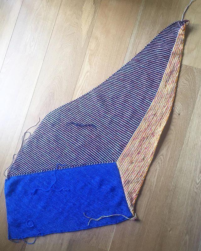 Instagram media by pescno - Section 3 - done ✅ Prøver at beslutte farve til sektion 4 🤔  Opskrift: #verticesunite fra @westknits Garn: @yarnfreakdk @sysleriget  #pescnostrik #strik #strikket #knit #nevernotknitting #knittersofinstagram #knitting #knitstagram #knithappens #westknits #westknitsisthebestknits