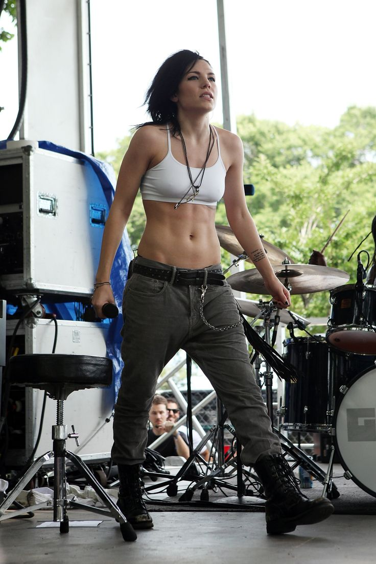 Skylar Grey showed off her rock-solid abs in cargo pants, a cropped tank, and…