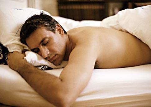 Evite dormir de bruços! A pessoa que dorme de barriga para baixo acorda cansada e toda dolorida, pois o rosto não pode ficar afundado no travesseiro. Além disso, as regiões torácica e a lombar são prejudicadas nessa postura.