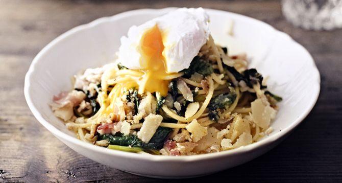 Pinaattispagetti syntyy nopeasti arki-iltana. Ja kun päälle taituroi uppomunan, annos kelpaa juhlavampaankin pöytään.