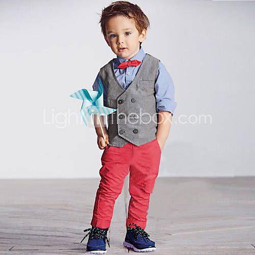 Conjunto: calça vermelha, camisa azul e colete cinza