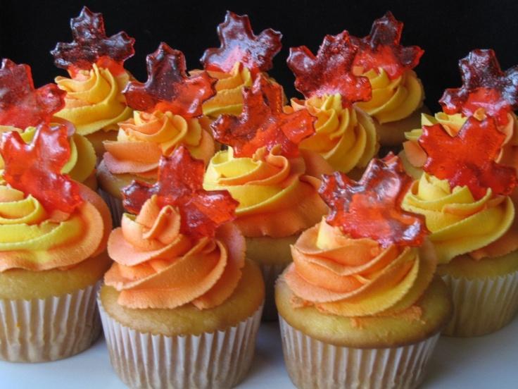 Más cupcakes de otoño. Me encanta el detalle de la hoja de arce en caramelo