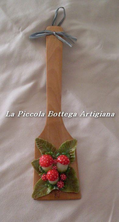 Mestolo in legno cm 29 decorato con funghetti in pasta di mais