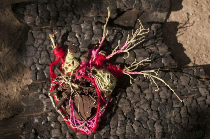 Soldadura de tornillos recogidos de las autopistas, sobre una base de madera quemada recogida de una casa abandonada y tejido con lana de huancavelica y ramas secas.