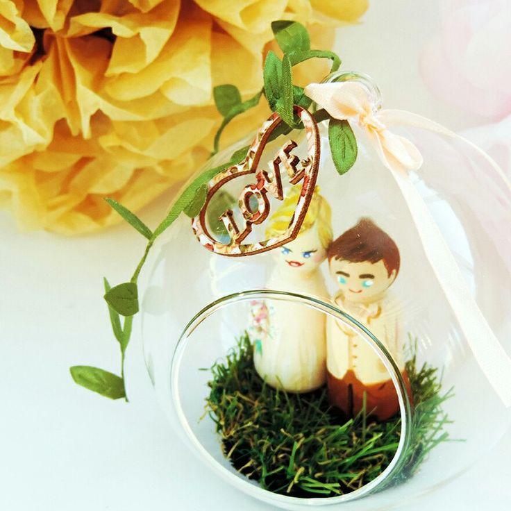 Un petit écrin d'amour disponible à la vente. Parfait pour accompagner un petit couple de sujets personnalisées pour décorer votre mariage !