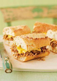 Sándwiches de pollo desmenuzado-  En esta receta los muslos del pollo desmenuzados hacen el  sándwich  perfecto.