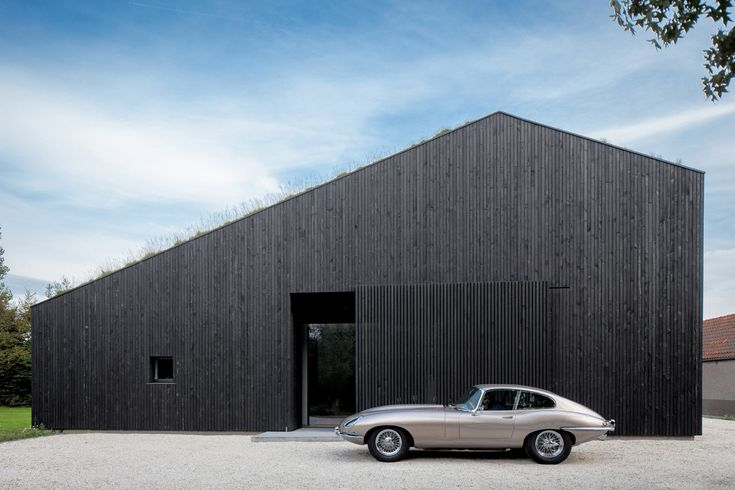 10 buildings that use classic cars to improve their image