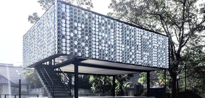 Questa costruzione si trova in Indonesia ed è una biblioteca. Ma cos'ha di tanto particolare? Be', è stata costruita usando... 2000 vaschette di gelato!