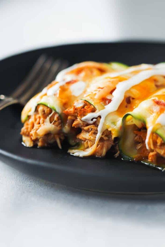 kohlenhydratarmes Frühstück, Zucchiniröllchen mit Hackfleisch und Käse, weiße Soße, …   – Kochen und Genießen