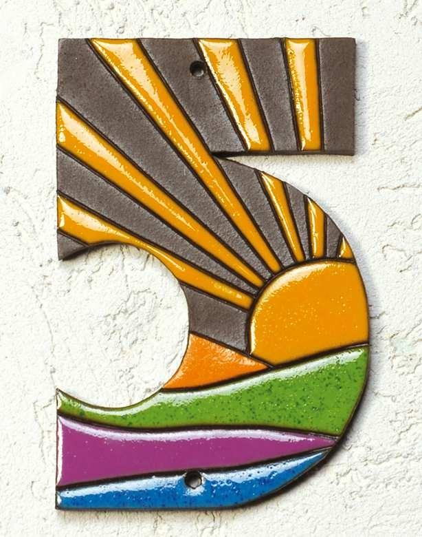 Haus-Nummer Sonne - Hausnummern in einem zeitgemäßen und außergewöhnlichen Design: Die frischen Farben und das in Handarbeit gearbeitete sonnig-freundliche Motiv bringen Ihr Entree zum Strahlen.