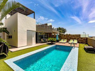 Luxe moderne villa in El Duque, op slechts 250 meter van het strand