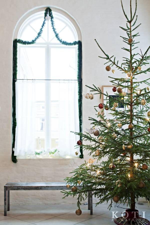 Säihkettä taiteilijakodissa. Valmistautuminen juhlaan alkaa valitsemalla saliin sopiva kuusi. Se on koristeltu palloilla ja enkeleillä. Koti ja keittiö, kuva Kirsi-Marja Savola.
