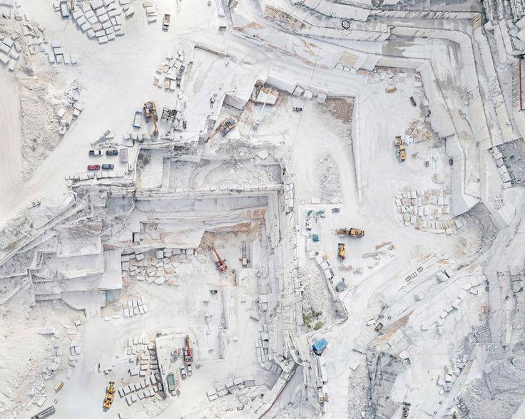 Il candore delle cave di Carrara che nella fotografia aerea di Bernhard Lang si fa Astrattismo