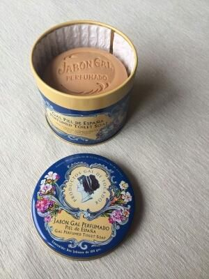 Authentic and discontinued vintage Gal perfumed toilet soaps by Perfumería Gal Madrid for those who like collectibles. Piel de España (sensual) fragrance.  Condition: New. Cute vintage retro tin with beautiful illustrations.  Content: 2 soaps 100g wrapped in silk paper.  Not tested on animals.  WORLDWIDE SHIPPING INCLUDED