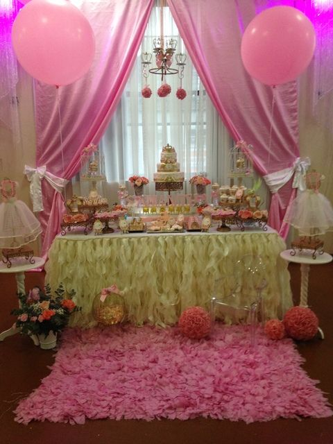 Idea!! poner la mesa en la ventana con las cortinas decoradas..... ;)
