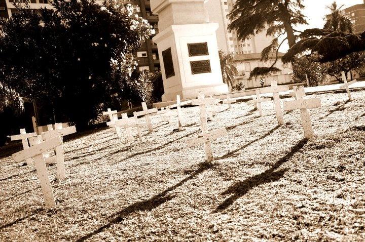 Las cruces representan a las victimas de la tan penosa inundacion del 29 de abril del 2003,donde muchisimas personas sufriero y sufren hoy