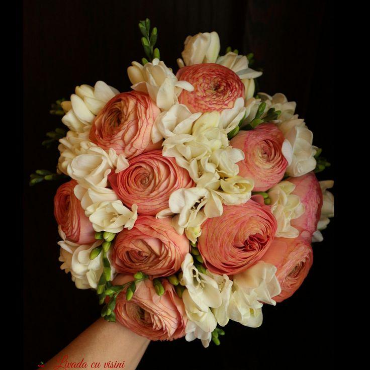 Parfum de femeie #scent #scentofwoman #spring #bouquet #madewithjoy #livadacuvisini #paulamoldovan #bride #wedding #flowers #idoflowers #sayitwithflowers #buchet #cununie #nunta #mireasa #nasa #bucuresti #bucharest #ranunculus #frezii #parfum