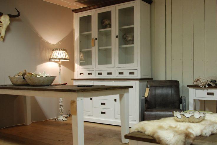 Witte meubelen in landelijke stijl. Uitgevoerd in acacia hout en voorzien van donker gelakt bovenblad.