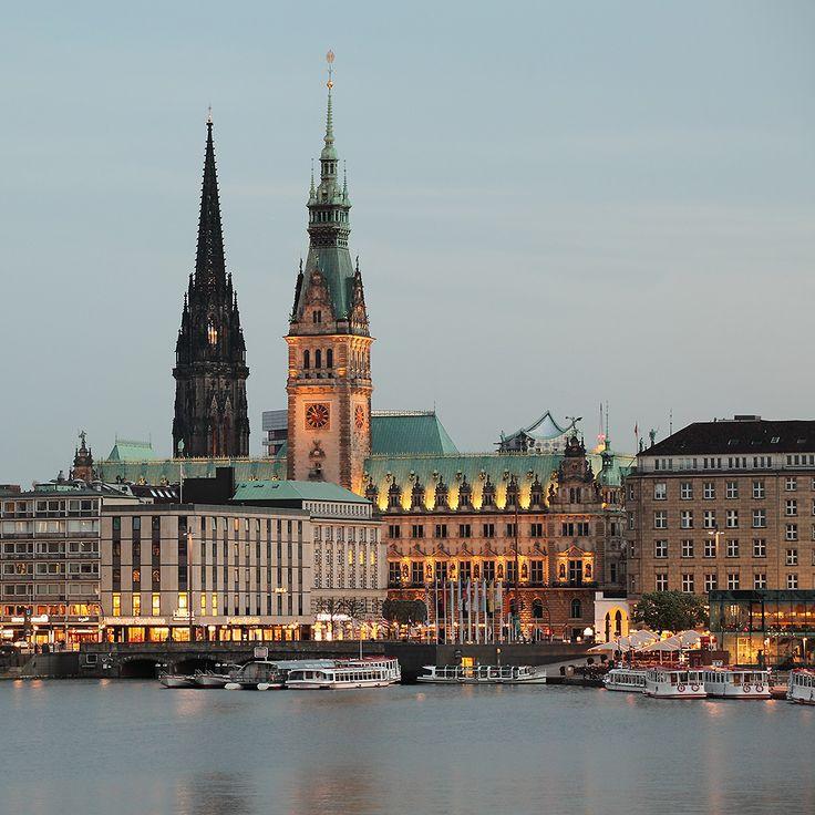 Hamburg - Blick über die Binnenalster auf das Rathaus, Nikolaikirchturm und Jungfernstieg
